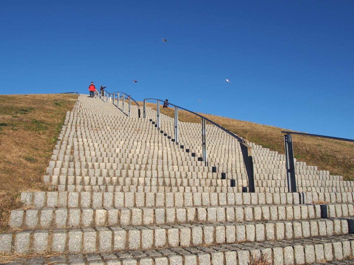 真っ青な空に向かって登る階段