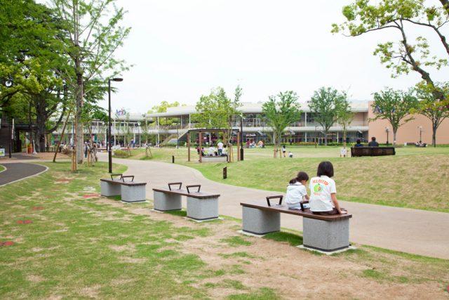 商業施設の間に緑豊かな公園が広がります