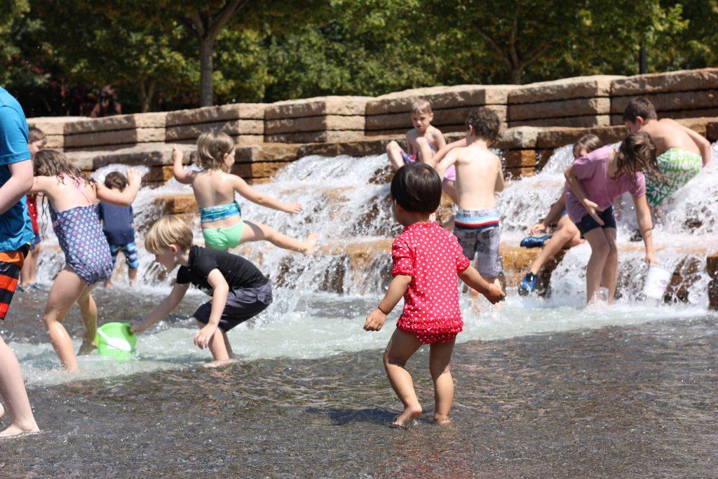 水遊びも徐々に解禁になってくるのではないでしょうあ?こちらは、ポートランドのジェイミソン・スクエアの噴水ではしゃぐ娘です。