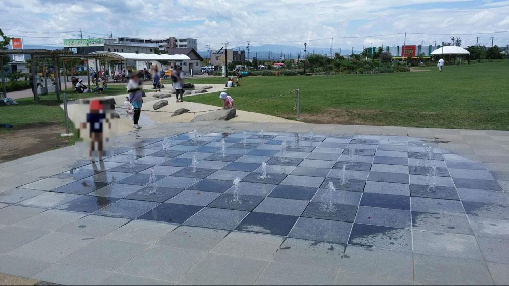 暑い日に大人気の水景施設。涼しそう